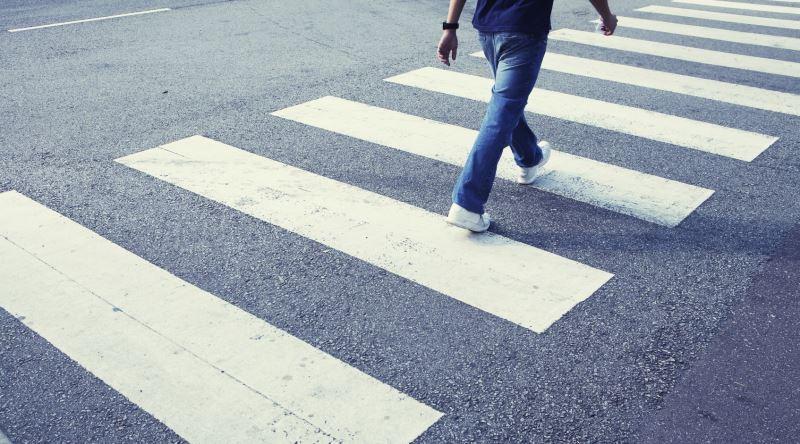 Trafik işaret levhaları ile belirlenmiş yaya ve okul geçitlerine yaklaşan sürücülerin aşağıdakilerden hangisini yapması yanlıştır?